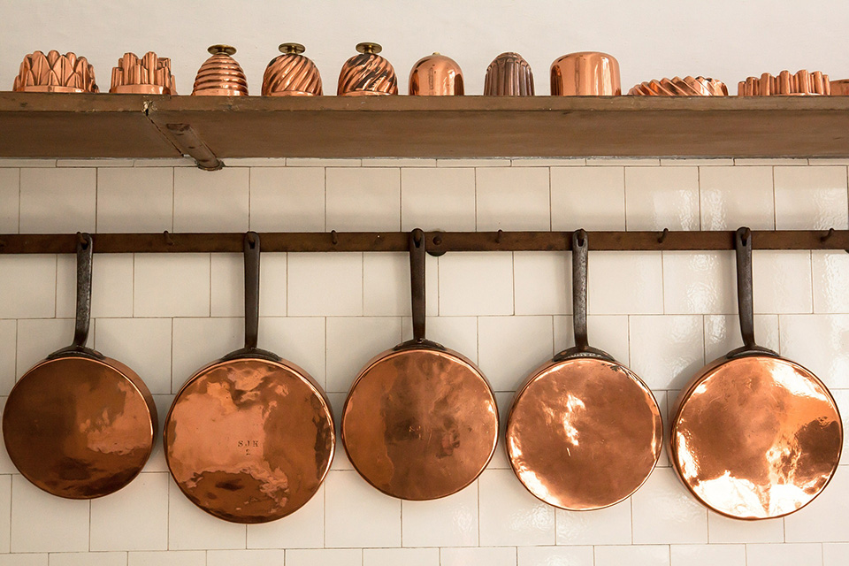 Properly storing cooking pots and pans